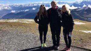 Lina, Lotta och Lycke Karlsson i Schweiz med bergstoppar i bakgrunden.