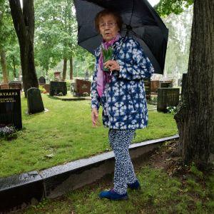 Aili on hautausmaalla miehensä haudalla