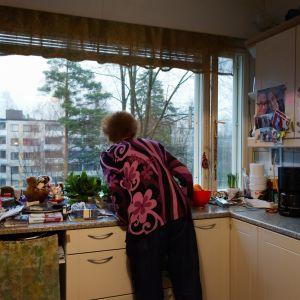 muistisairas aili katsoo ulos ikkunastaan