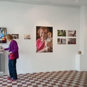 vanha nainen galleriassa