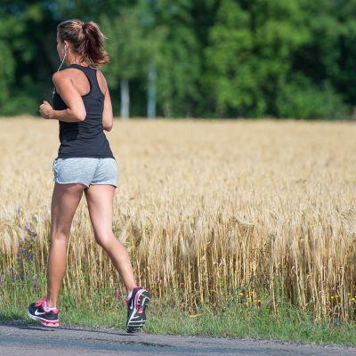 Nainen juoksulenkillä.