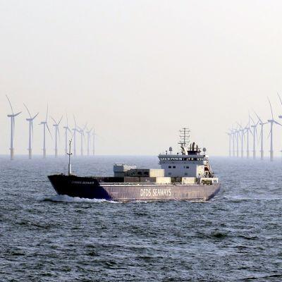 Rahtilaiva ohittaa Sheringham Shoalin tuulivoimapuiston Norfolkin edustalla.