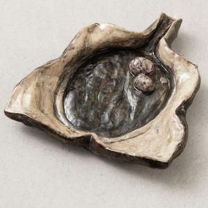 keramikföremål, uppfläkt form med två äggformade saker i