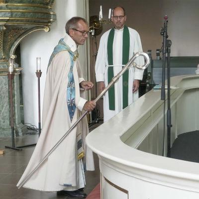 Biskop Björn Vikström lägger ned biskopsstaven vid altaret i Borgå domkyrka