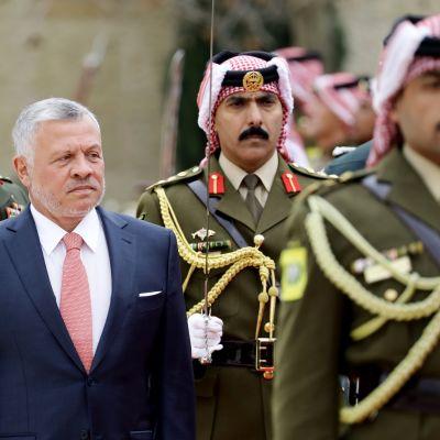 Jordanian kuningas Abdullah II tarkastamassa kunniakaartia.