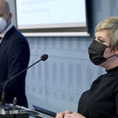 Opetusministeri Jussi Saramo (vas.) ja tiede- ja kulttuuriministeri Annika Saarikko esittelivät Koulutuspoliittista selontekoa medialle.
