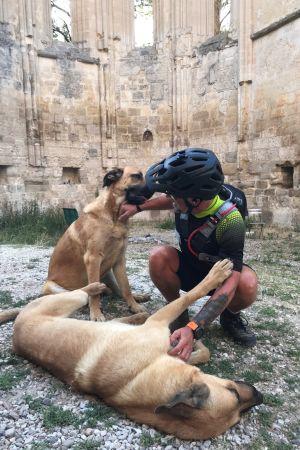 Björn Roos från Borgå med gatuhund under sin roadtrip i Europa
