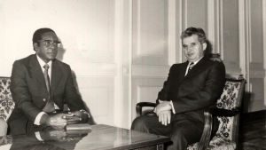 Robert Mugabe tas emot av Rumäniens diktator Nicolae Ceausescu i Bukarest.
