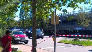 Polisen utanför ett parkeringsgarage nära en biograf i Vienheim i södra Tyskland där en man förskansade sig med skjutvapen den 23 juni 2016.