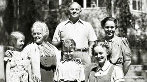 Suomisen perhe serien familjeporträtt