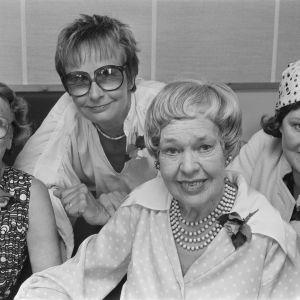Noita Nokinenä -kuunnelman näyttelijät Alli Häjänen (Noita Harvahammas), Marja Korhonen (Noita Nokinenä), Elsa Turakainen (alkuperäinen Noita Harvahammas) ja Rauha Rentola (Vilma Väkäleuka).