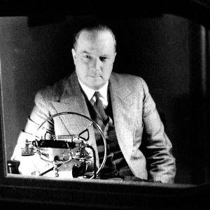Markus Rautio istuu Yleisradion studiossa lasi-ikkunan takana (1938).