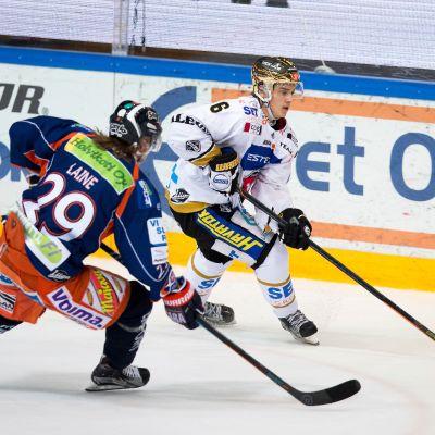 Patrik Laine (vas.) ja Sebastian Aho hurmasivat kevään 2016 pudotuspeleissä.