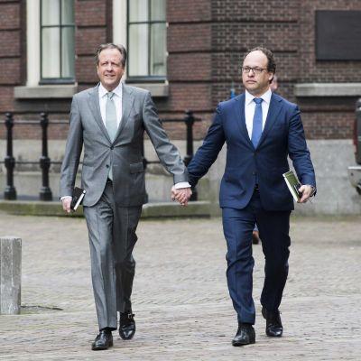 Pechtold ja Koolmees kävelevät käsi kädessä.