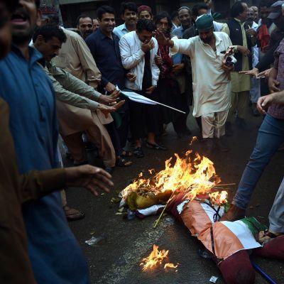Pakistanilaiset protestoivat Intiaa vastaan Karachissa 2. maaliskuuta.