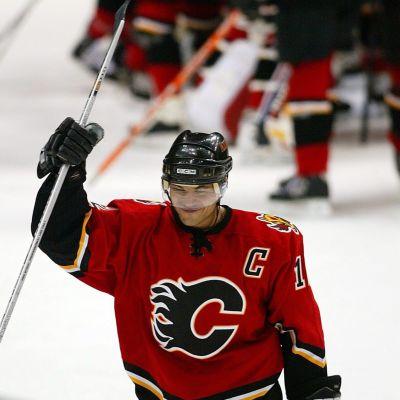 Jarome Iginla firar mål i Calgary Flames röda tröja.
