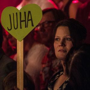 Juha Hautaluoman kannattaja yleisössä.