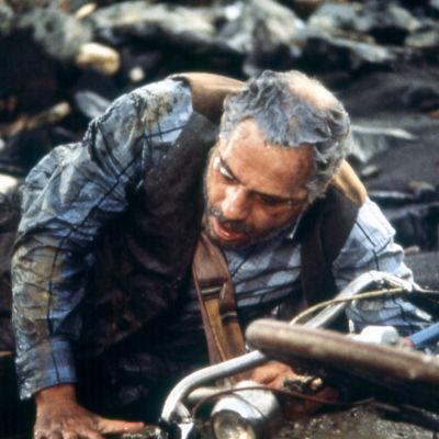 Nino Manfredi rypee elokuvassa Rumat, likaiset ja ilkeät