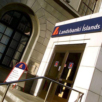 Ingång till Landsbankis kontor på Island