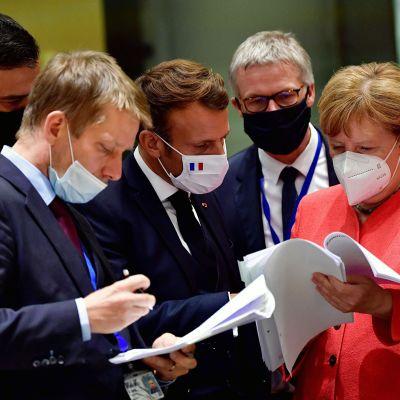 Espanjan pääministeri Pedro Sanchez (vas.), Ranskan presidentti Emmanuel Macron ja Saksan liittokansleri Angela Merkel EU:n huippukokouksessa Brysselissä.