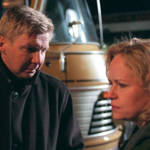 Pirkka-Pekka Petelius ja Kaija Pakarinen linja-auton edessä elokuvassa Lahja, jossa he näyttelevät avioparia.