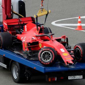 Sebastian Vettels söndriga bil på ett flak.