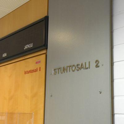Oulun oikeustalon istuntosalin ovi.