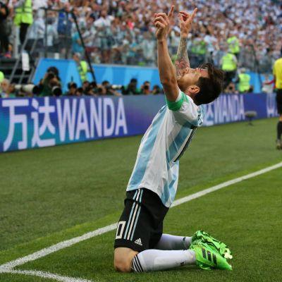 Lionel Messi tuulettaa maalia polvillaan.