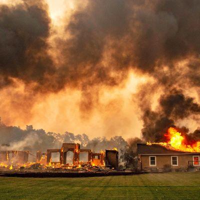 Rakennus ja sitä ympäröivät viinitarhat joutuivat tulipalojen saartamaksi Kalifornian Geyservillessa torstaina 24. lokakuuta.