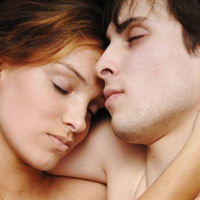 Kuvassa on nukkuva nuori pariskunta.