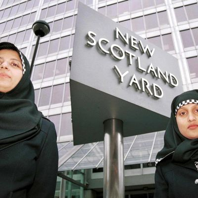 Kuvassa on kaksi hijabia käyttävää poliisia Lontoossa Scotland Yardin tilojen edessä.