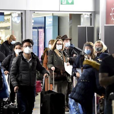 Matkustajia jonottamassa koronavirustestiin Helsinki-Vantaan lentoasemalla.
