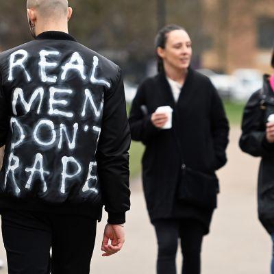 Tosimiehet eivät raiskaa -kirjoitus takin selkämyksessä.