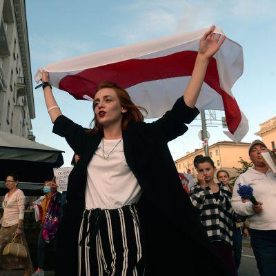 Valkovenäläisiä naisia osoittamassa mieltään Minskissä, Valko-Venäjällä.