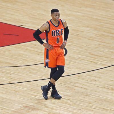 Oklahoma City Thunderin Russell Westbrook seisoo kentällä.