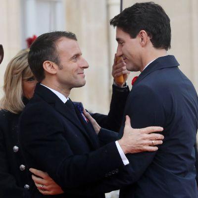 Emmanuel Macron ja Justin Trudeau  muistotilaisuudessa Pariisissa.