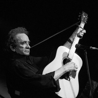 Johnny Cash på scenen med sin gitarr 1997