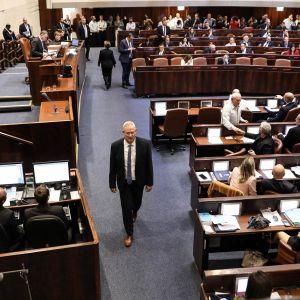 Sininen ja valkoinen -puolueen johtaja Benny Gantz kävelee Israelin parlamentin knessetin istunnossa.