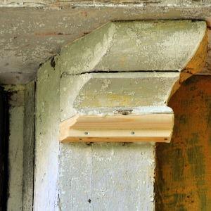 Små detaljer i fasaden repareras före målning