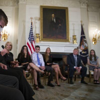 Kouluampumisen kohdanneita perheitä Valkoisessa talossa tapaamassa presidentti Donald Trumpia.