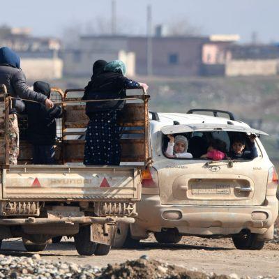 Syyrialaisia pakolaisia autojen kyydissä Aleppon alueella.
