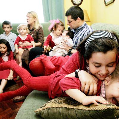 Lapsiperhe kotisohvallaan Espanjassa.