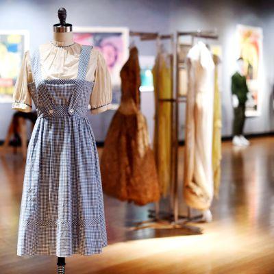 Dorothyn mekko näytillä  Bonhams-huutokauppakamarin galleriassa.