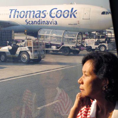 Thomas Cook -lentoyhtiön kone Phuketin lentokentällä Thaimaassa.