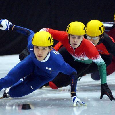 Se-jong Oh veti joukkoa Torinon olympiakisojen 500 metrin alkuerissä.