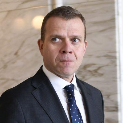 Finansminister Petteri Orpo stegar ut för att förklara Kaj Turunens avhopp från de blå till Samlingspartiet.