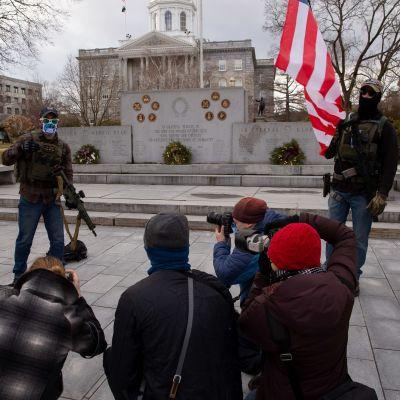 Aseistautuneet Boogaloo Boys -liikkeen jäsenet osoittavat mieltä New Hampshiren osavaltion hallintorakennuksen edessä Concordin kaupungissa.