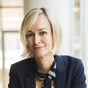 Ljushårig kvinna i mörk kostym. Anu Talus blir ny dataombudsman i november 2020.