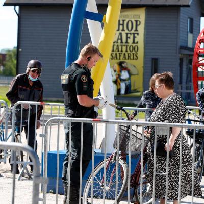 Rajavartijat tarkastavat henkilöitä Ruotsin rajalla Torniossa.