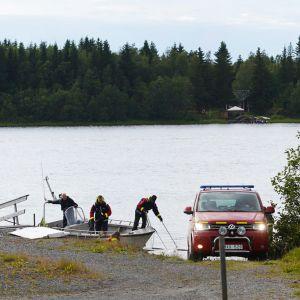 Räddningsarbetare återvände till en brygga i Umeälv med vrakdelar på söndag kväll.